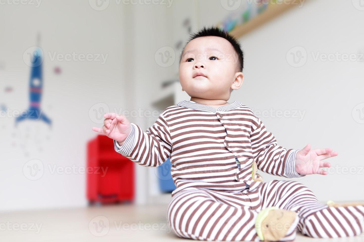 bel bambino guarda in avanti foto