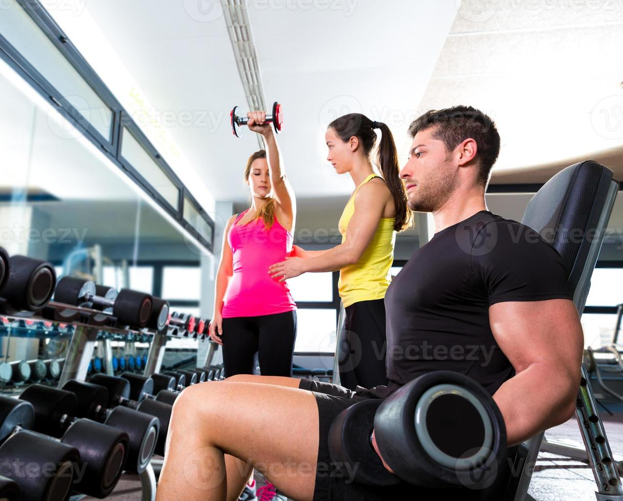 uomo con manubri in palestra allenamento fitness sollevamento pesi foto