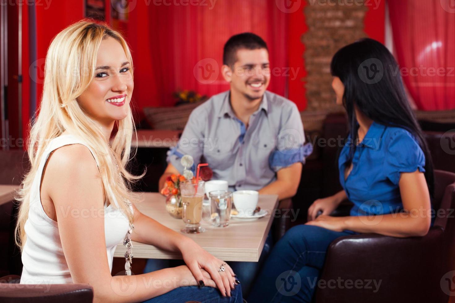 amici in un bar-caffetteria foto