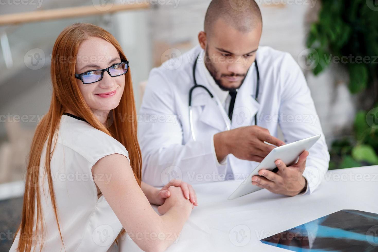 salute del paziente. medico che parla con il paziente foto