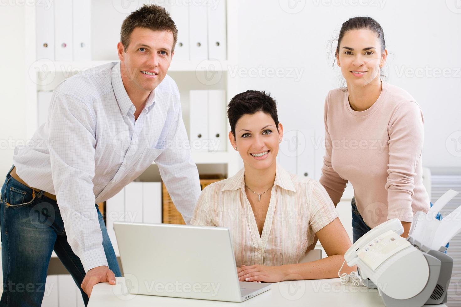 squadra dell'ufficio che sorride foto