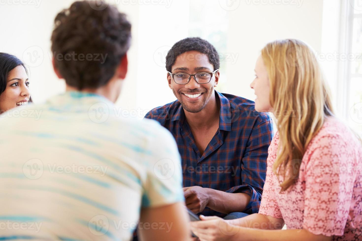 gruppo di uomini d'affari seduti su sedie con incontro foto