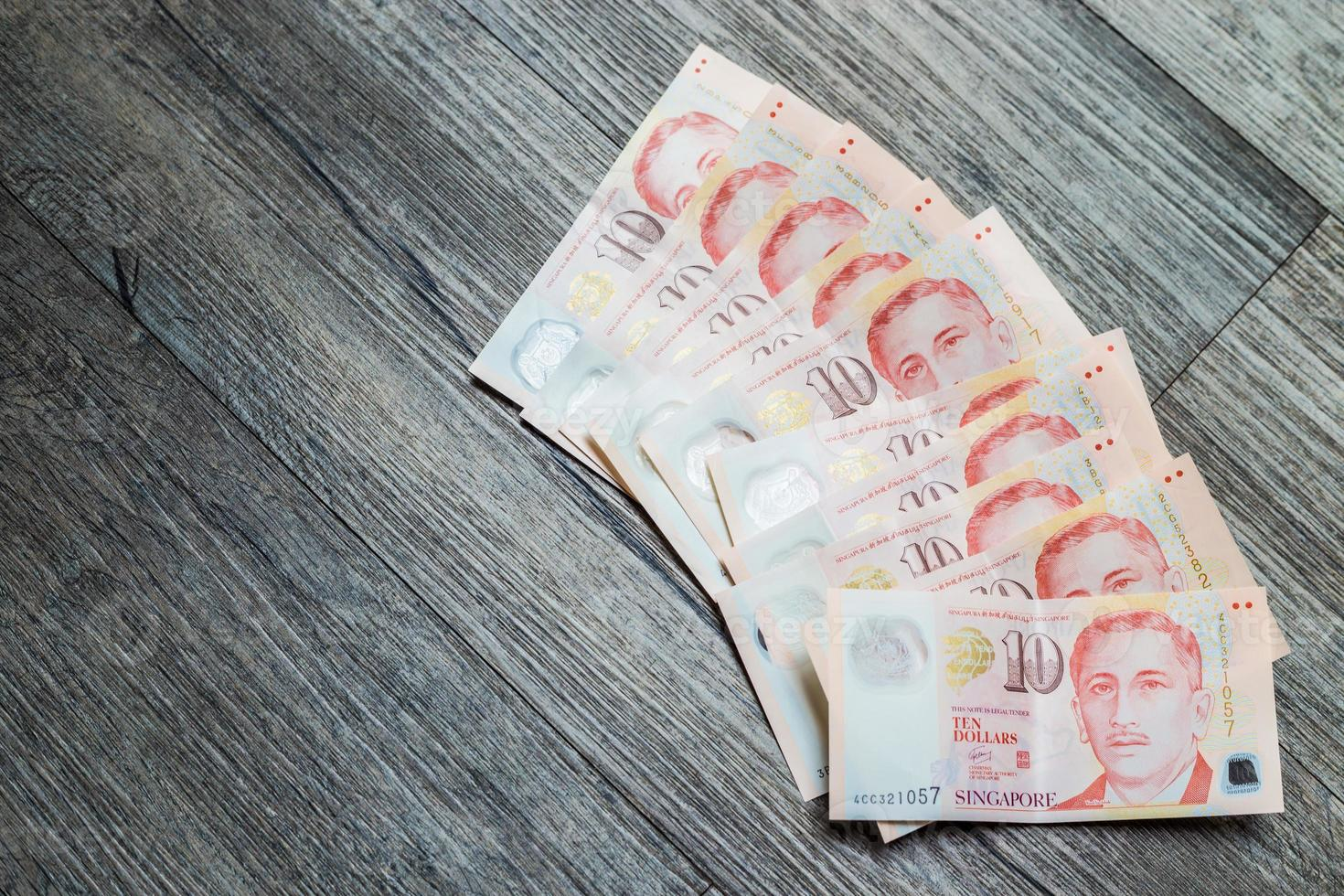 vari di dieci dollari di denaro di Singapore foto