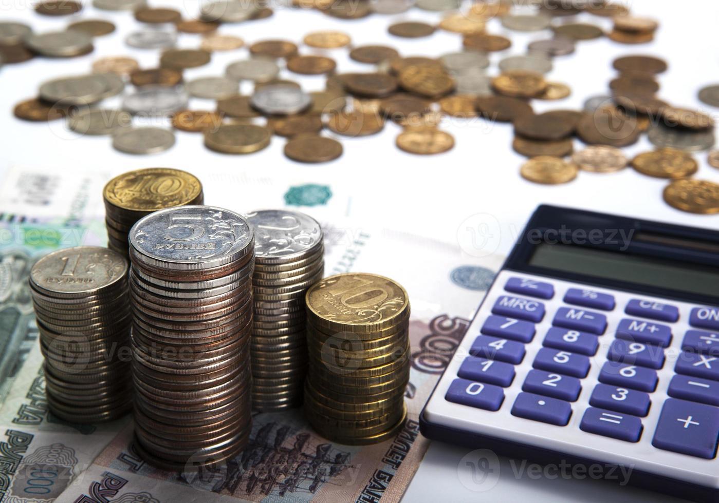pile di rubli russi con calcolatrice foto