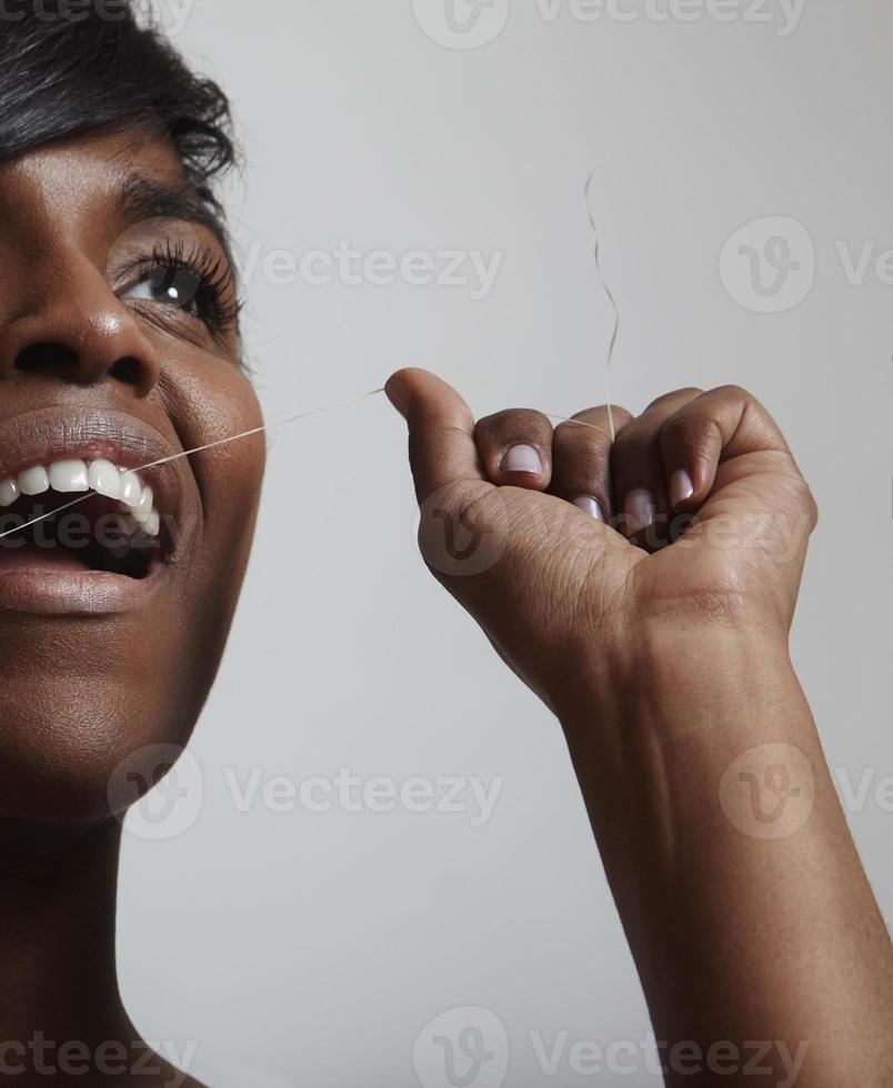 primo piano di un processo di pulizia dei denti foto