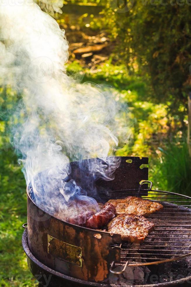 processo del giardino del barbecue che cucina griglia della carne foto
