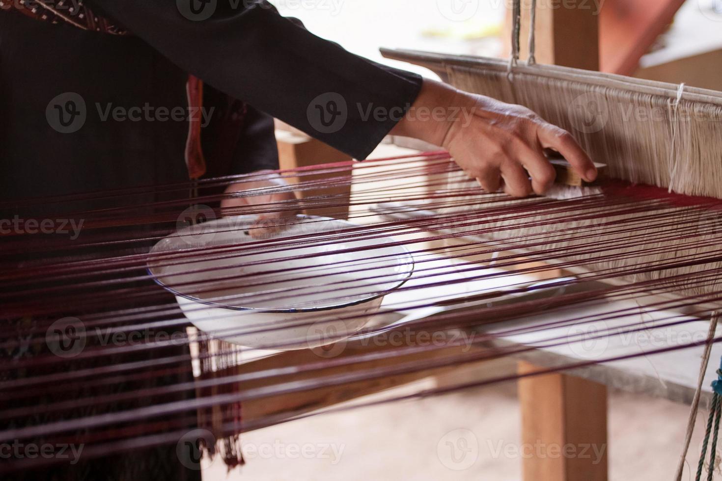 processo di tessitura della seta tailandese foto