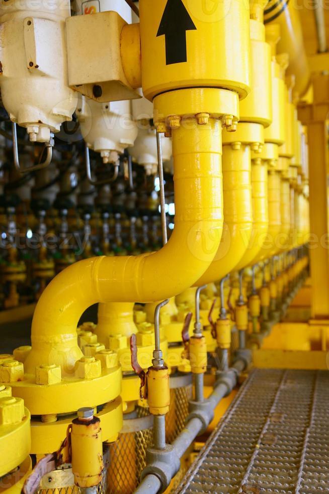 costruzioni delle condutture sulla piattaforma di produzione, processo di produzione foto