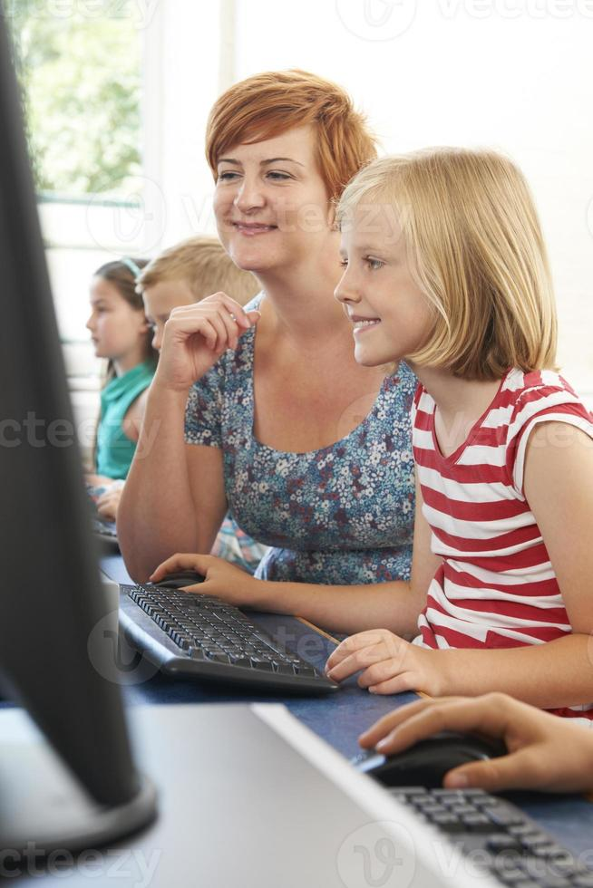 allievo elementare femminile in classe con l'insegnante foto