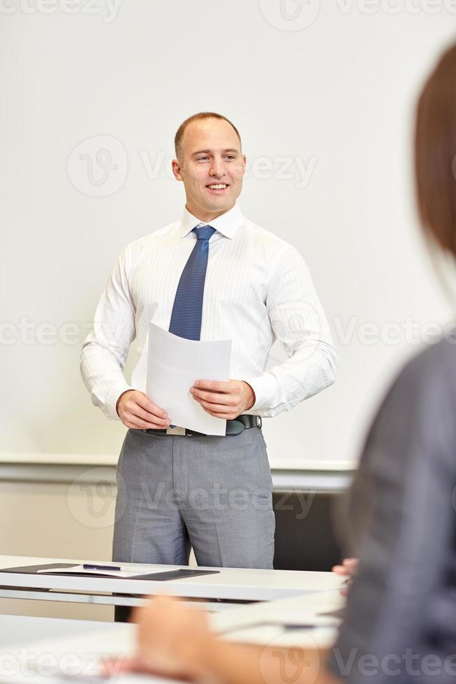 sorridenti uomini d'affari riuniti in ufficio foto