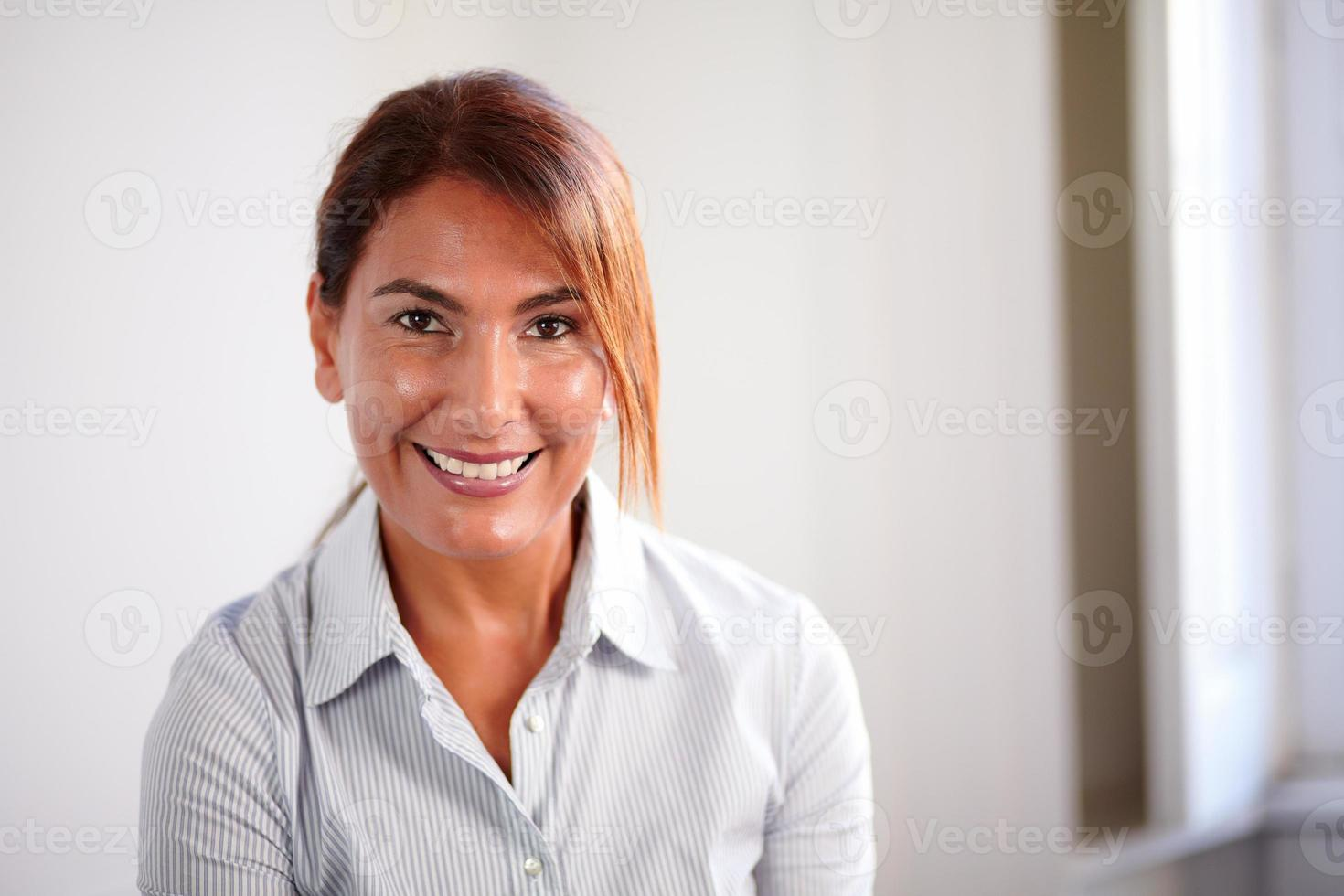 donna senior di affari che ti sorride foto