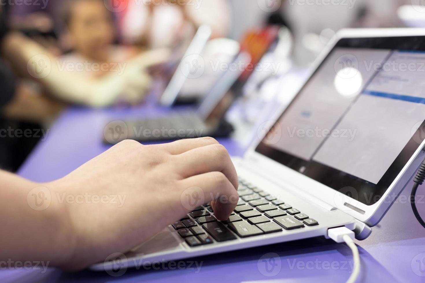 computer portatile moderno in mostra tecnologia foto