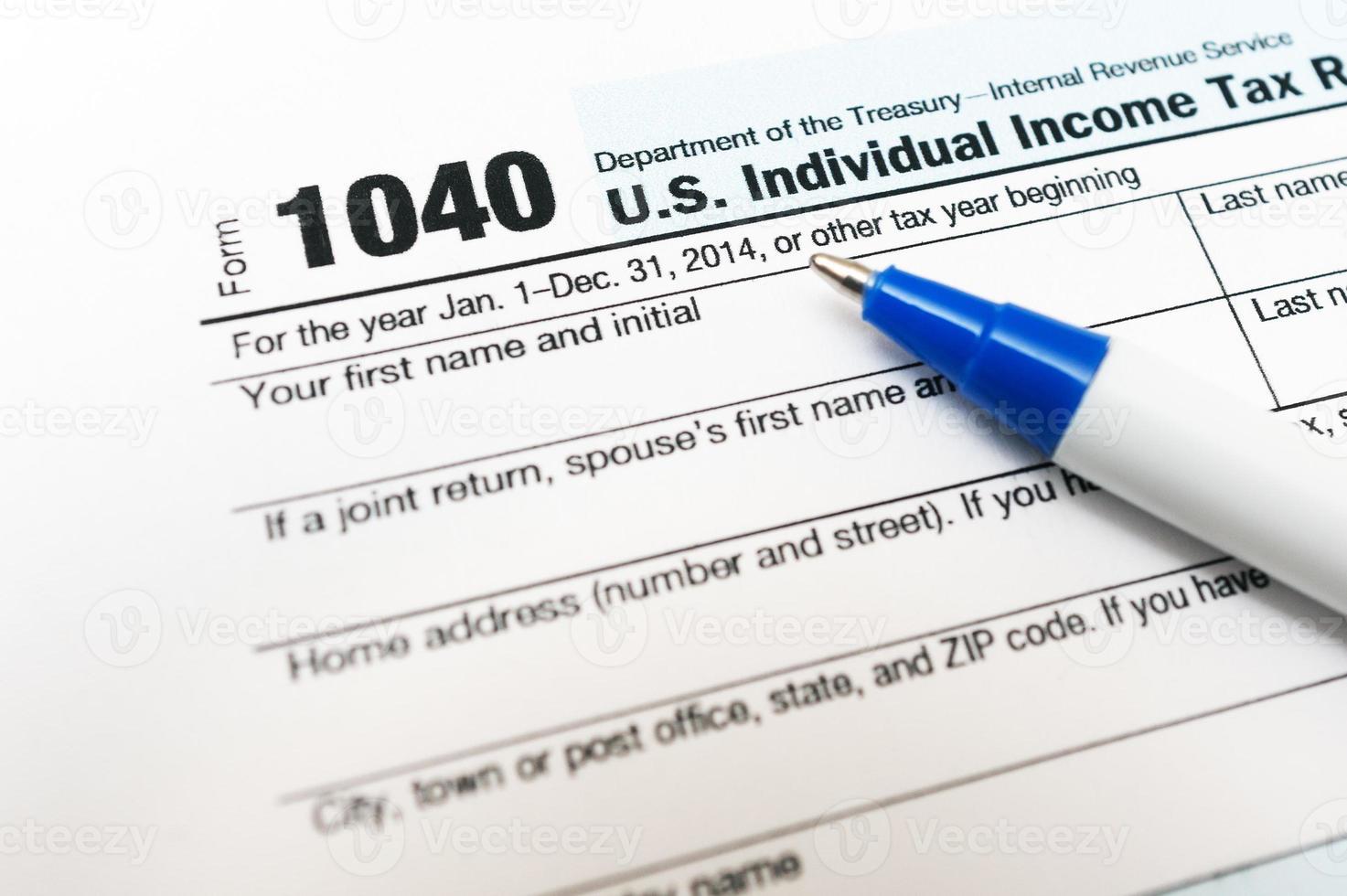 Primo piano del modulo di dichiarazione dei redditi 1040 con la penna isolata foto