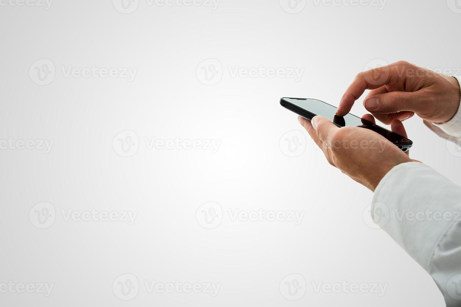 uomo navigare in internet su uno smartphone foto