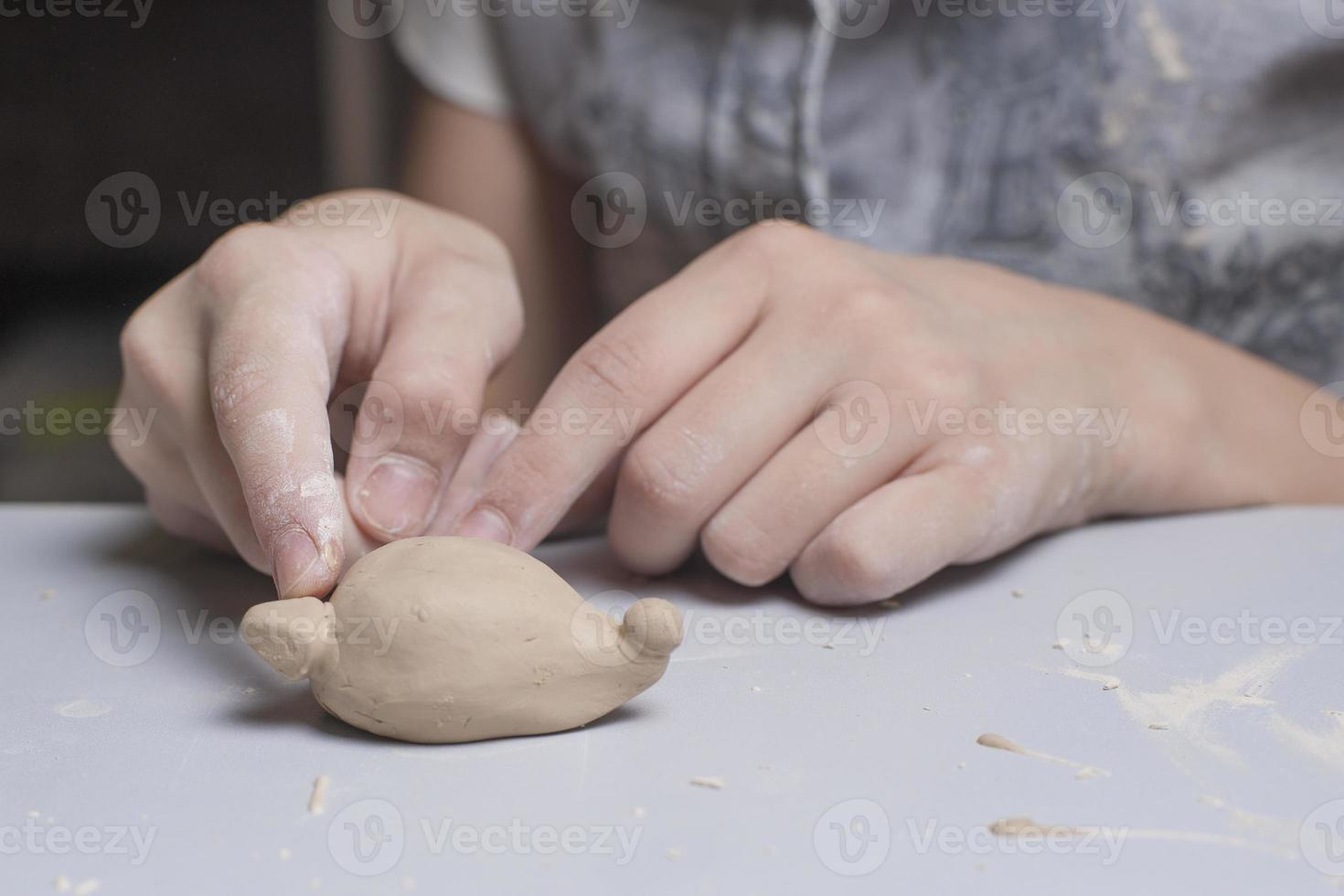 la ragazza fa l'argilla di toyfrom foto