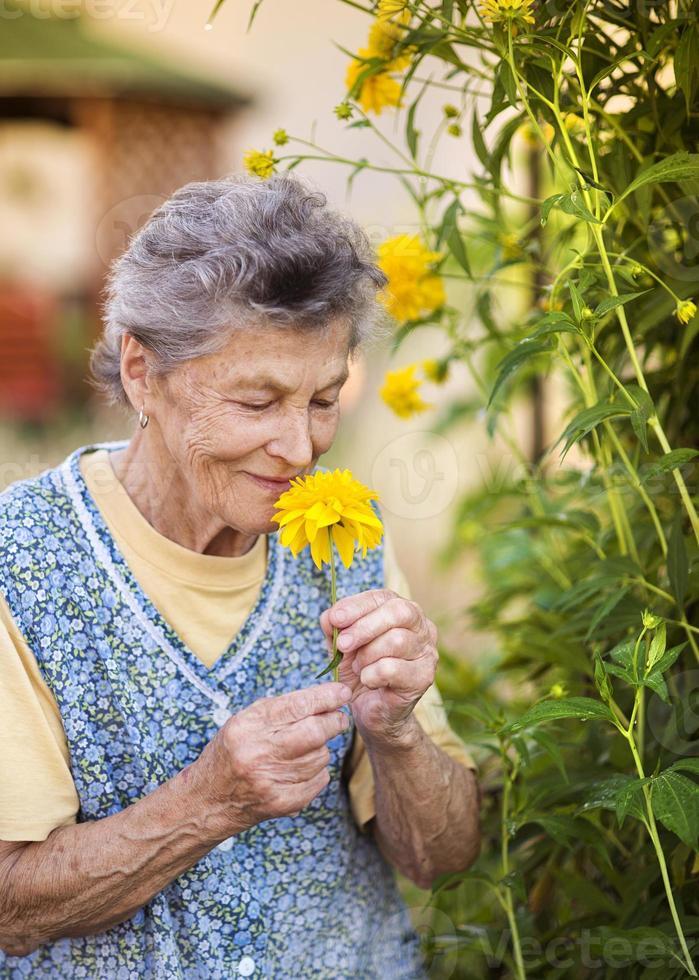 donna senior in giardino foto