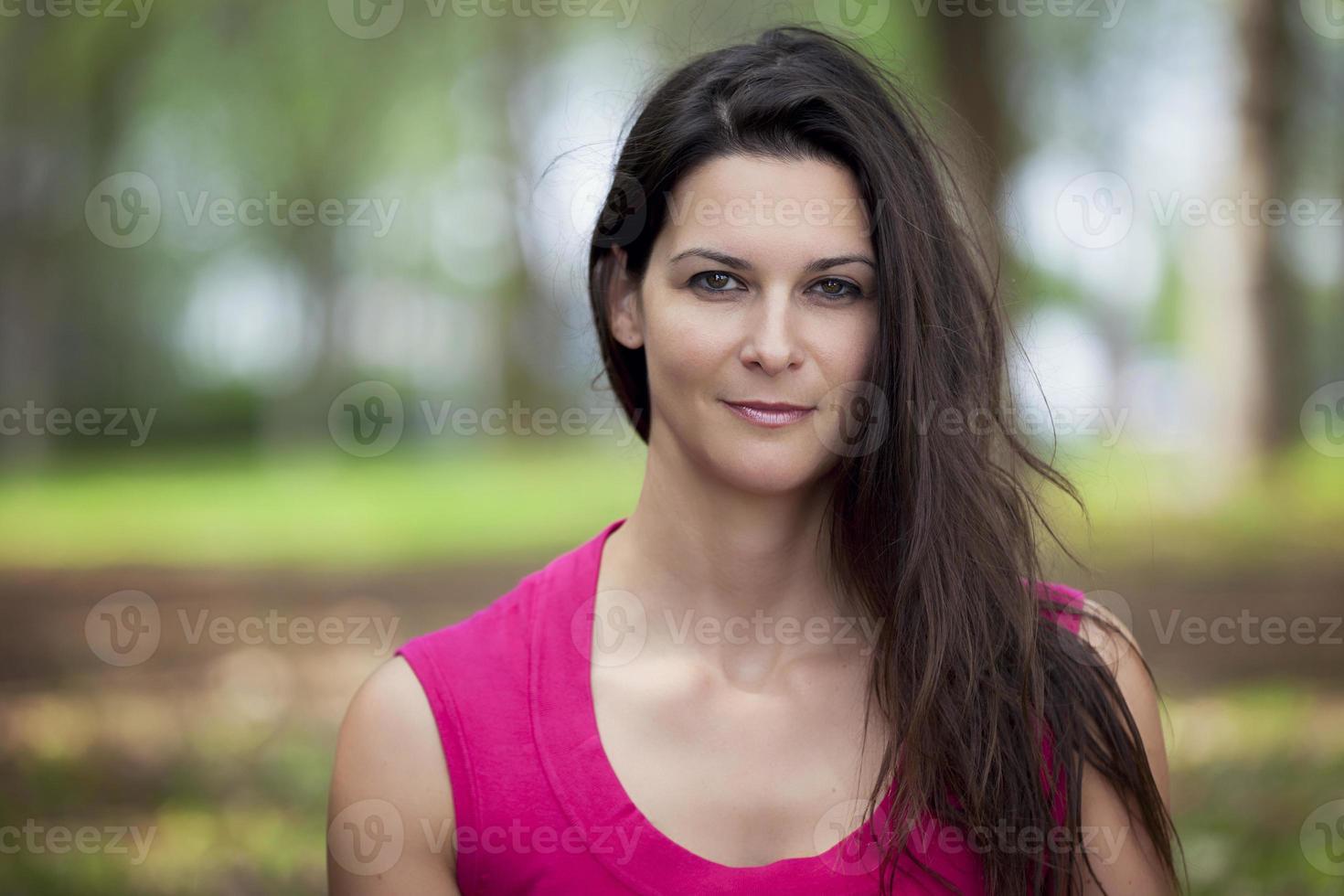 donna matura che sorride alla macchina fotografica foto