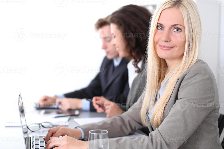 gruppo di uomini d'affari durante la riunione foto
