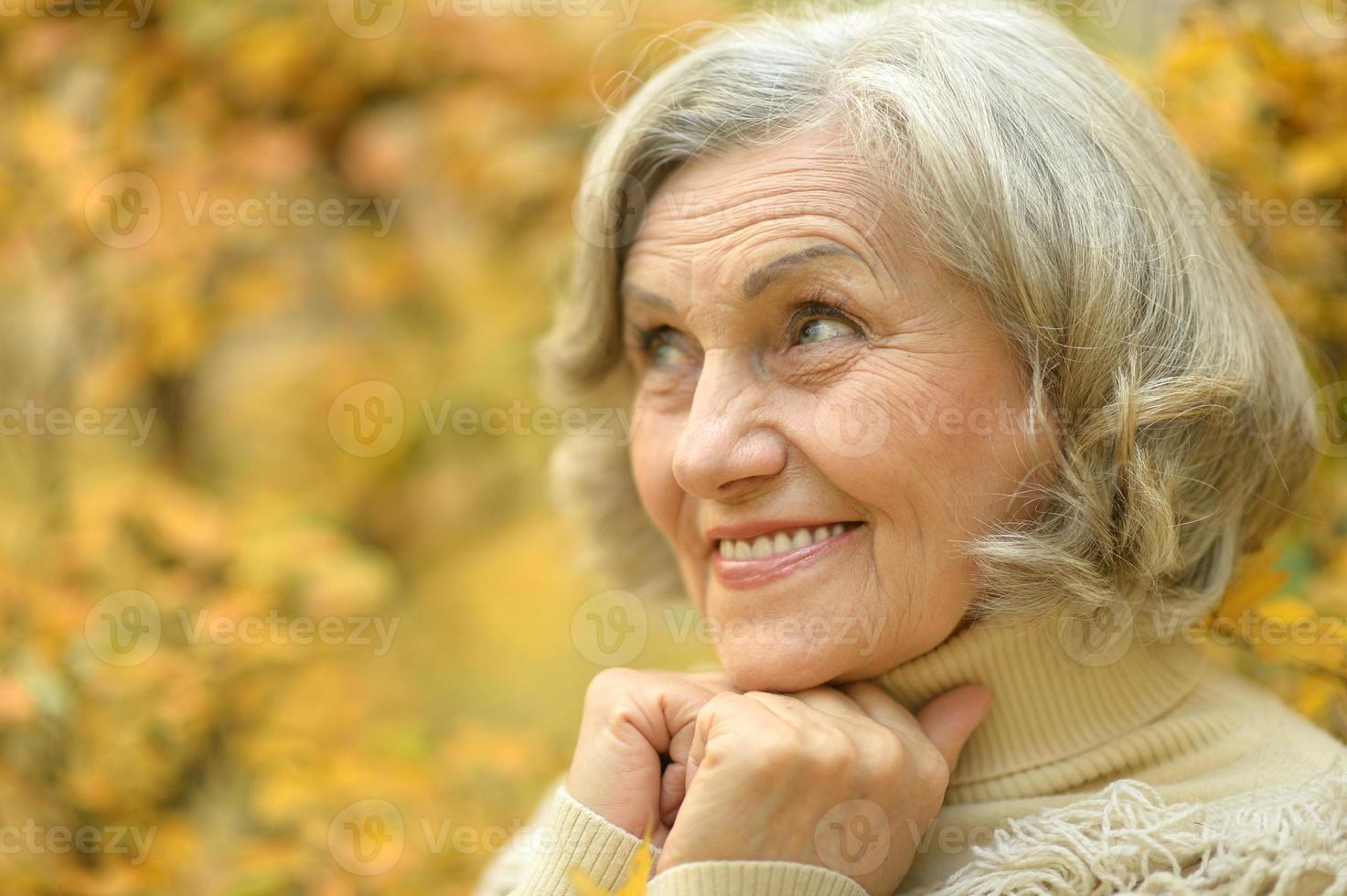 donna senior che cammina foto