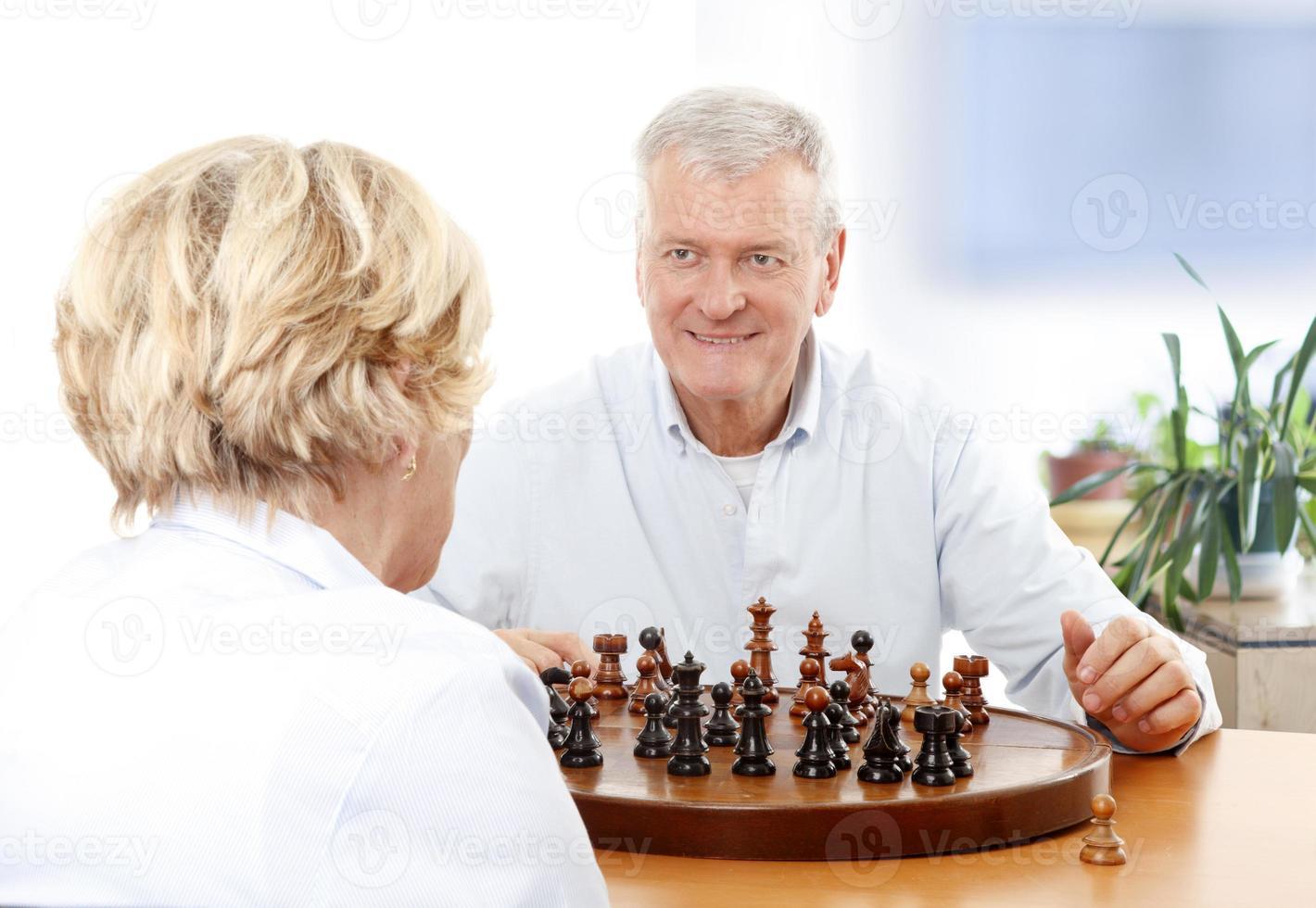 coppia senior giocando a scacchi foto