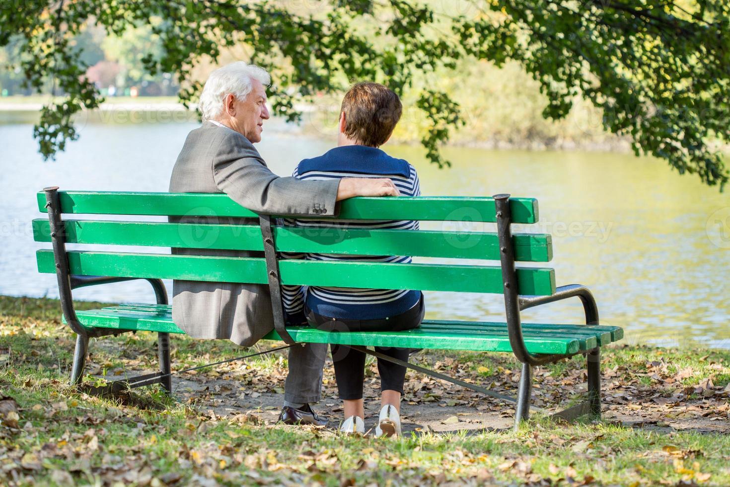 seduto al lago foto