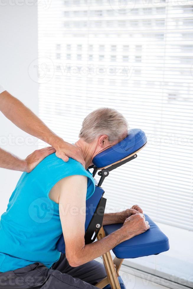 uomo con massaggio alla schiena foto