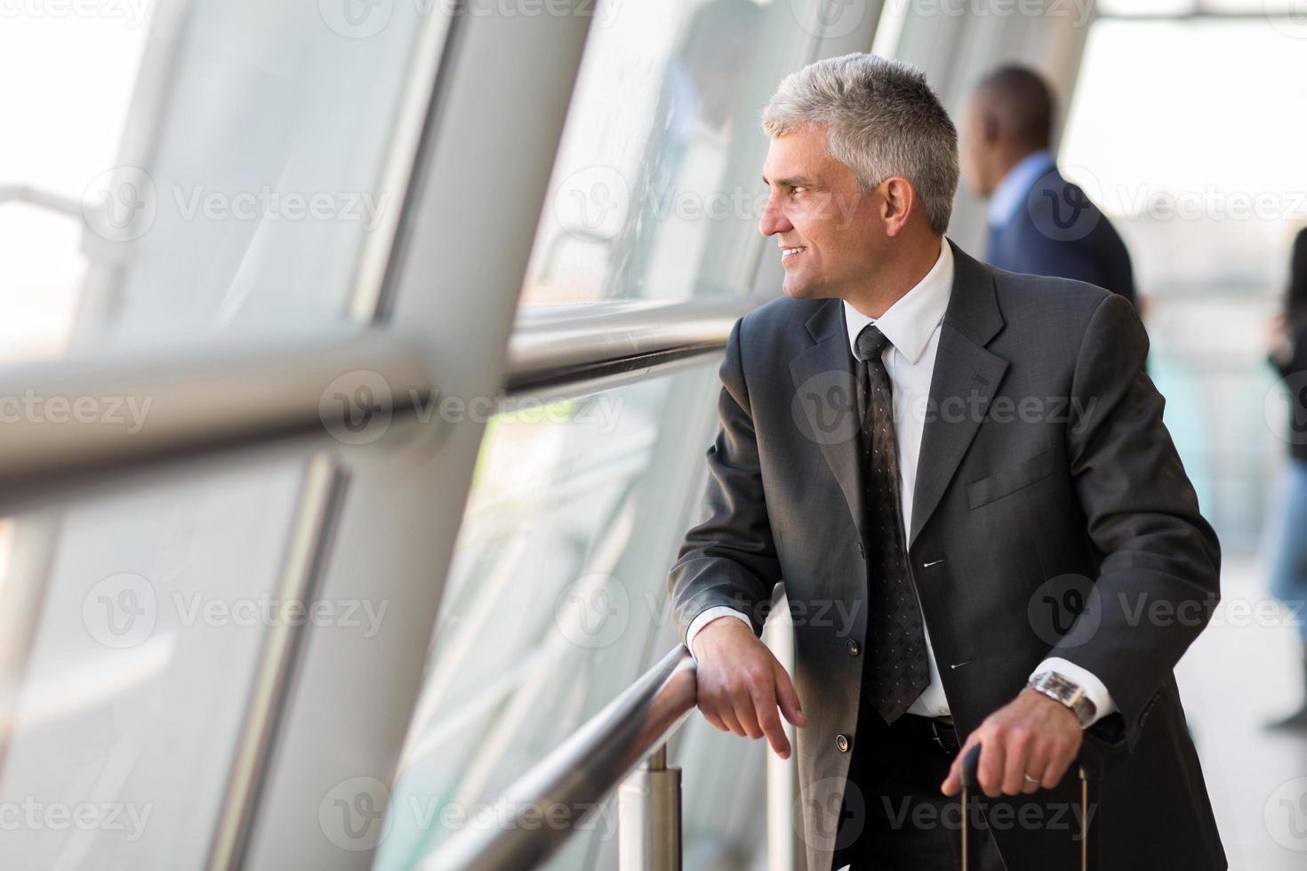 anziano viaggiatore d'affari all'aeroporto foto