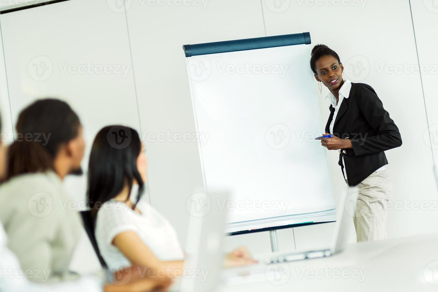 giovani imprenditori seduti a un tavolo da conferenza e l'apprendimento foto
