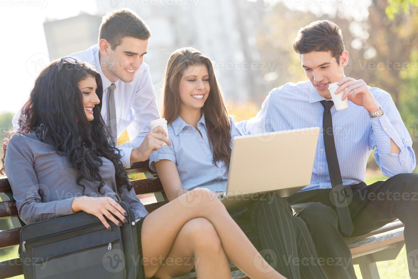 giovani imprenditori sulla panchina del parco foto