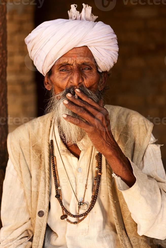 vecchio indiano che fuma una sigaretta foto