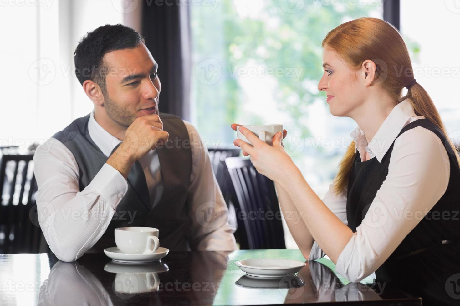 uomini d'affari a parlare davanti al caffè foto