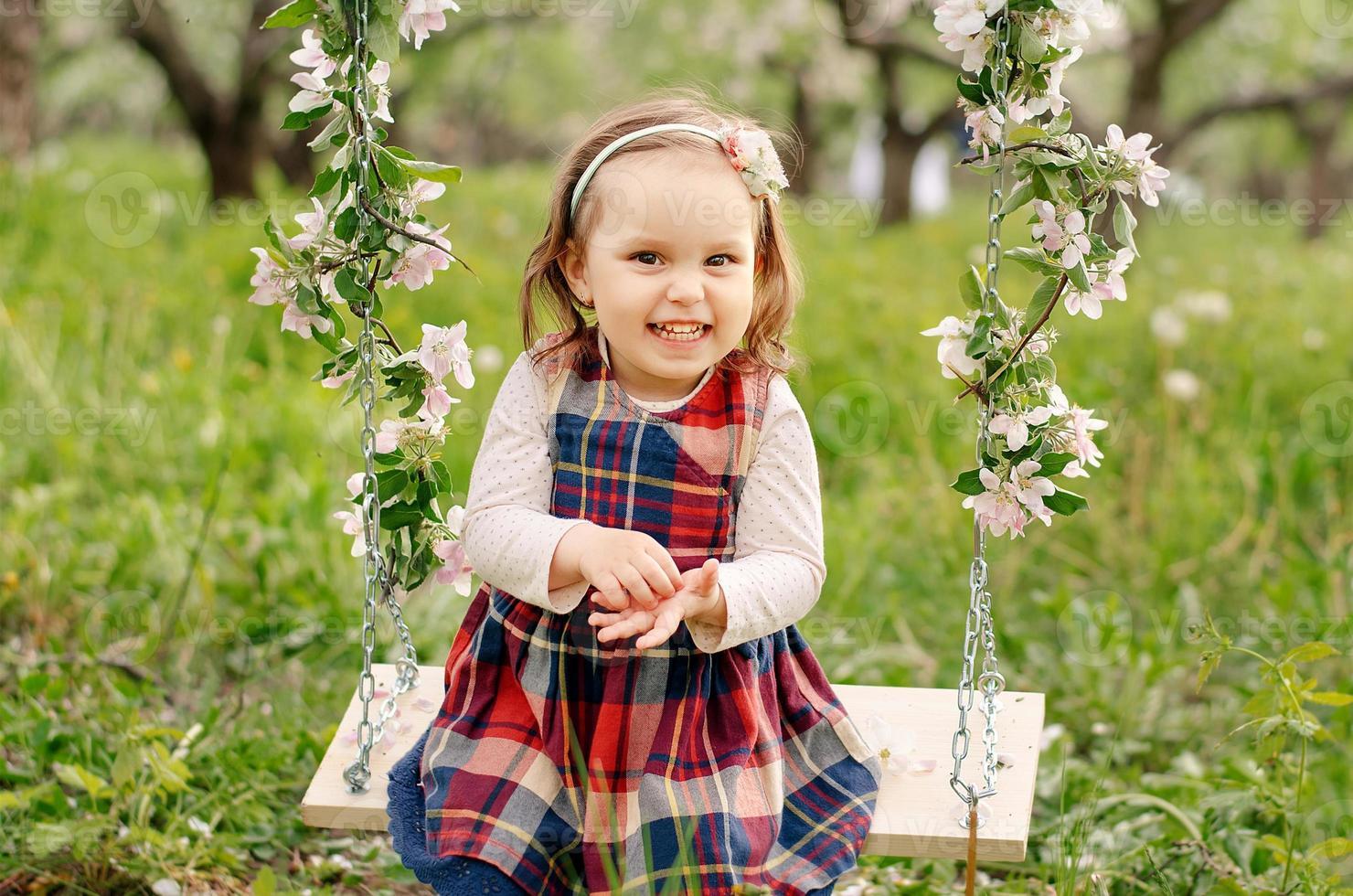 bambina sull'altalena del giardino foto