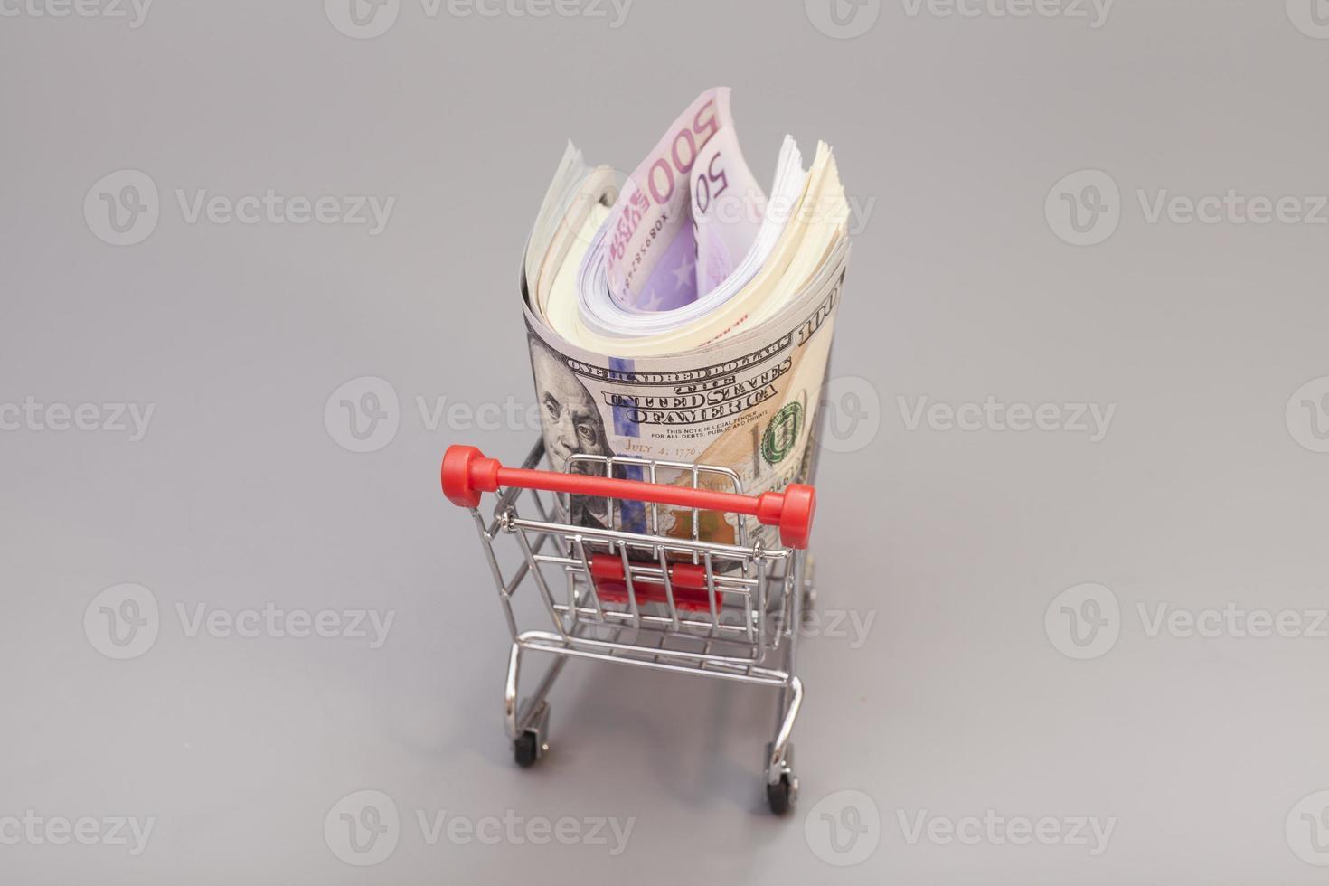 carrello pieno di soldi (dollaro, euro) foto