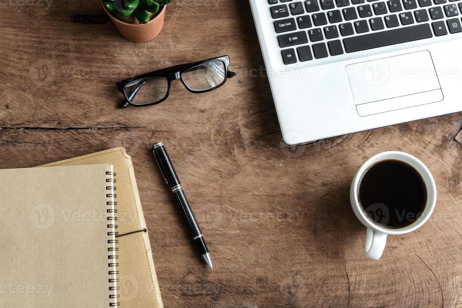 laptop e tazza di caffè sul vecchio tavolo di legno, foto