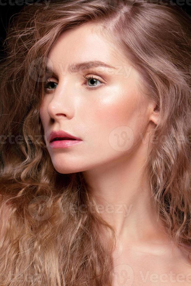 Ritratto glamour del modello bella donna foto