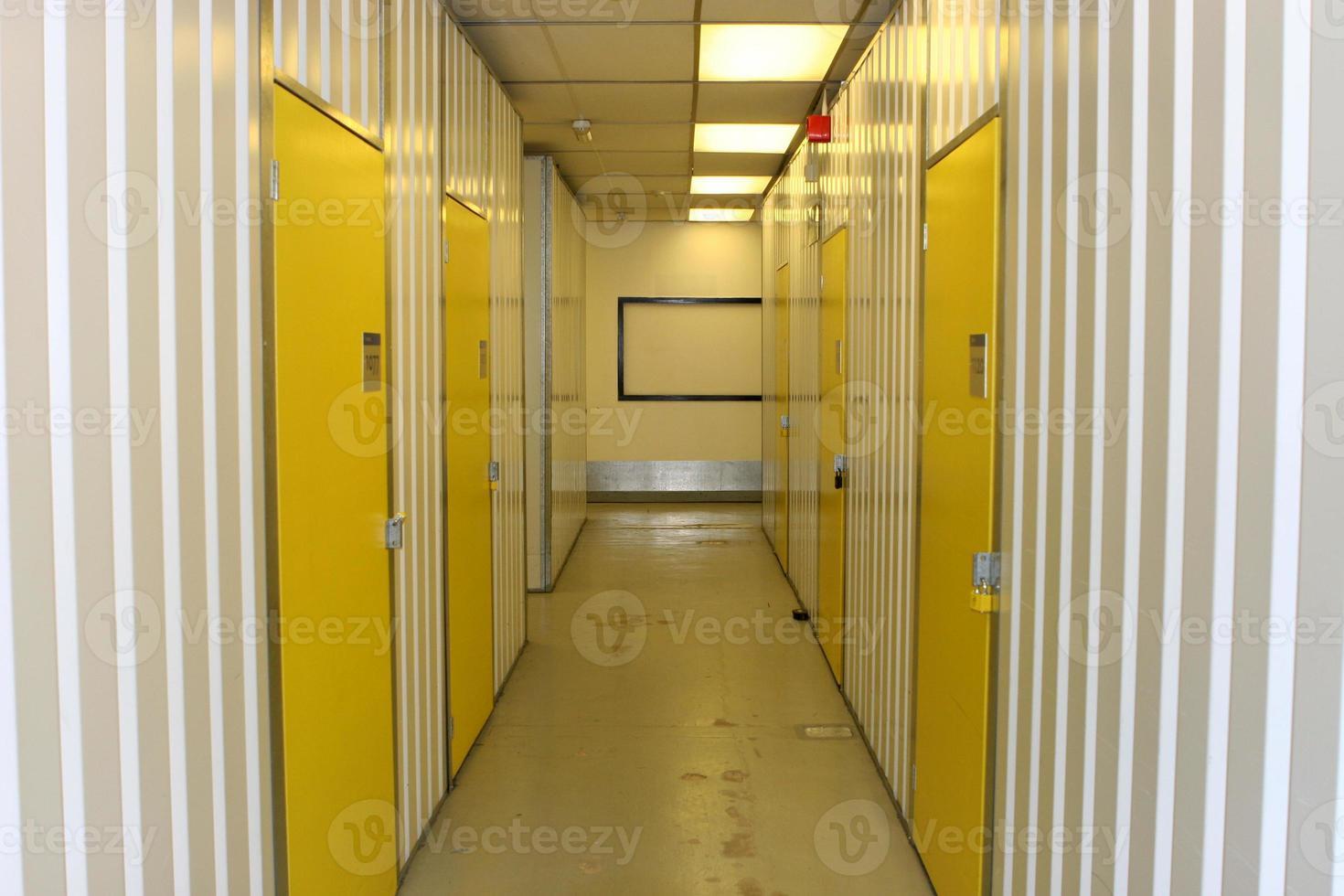 corridoio industriale bianco con porte numerate gialle foto