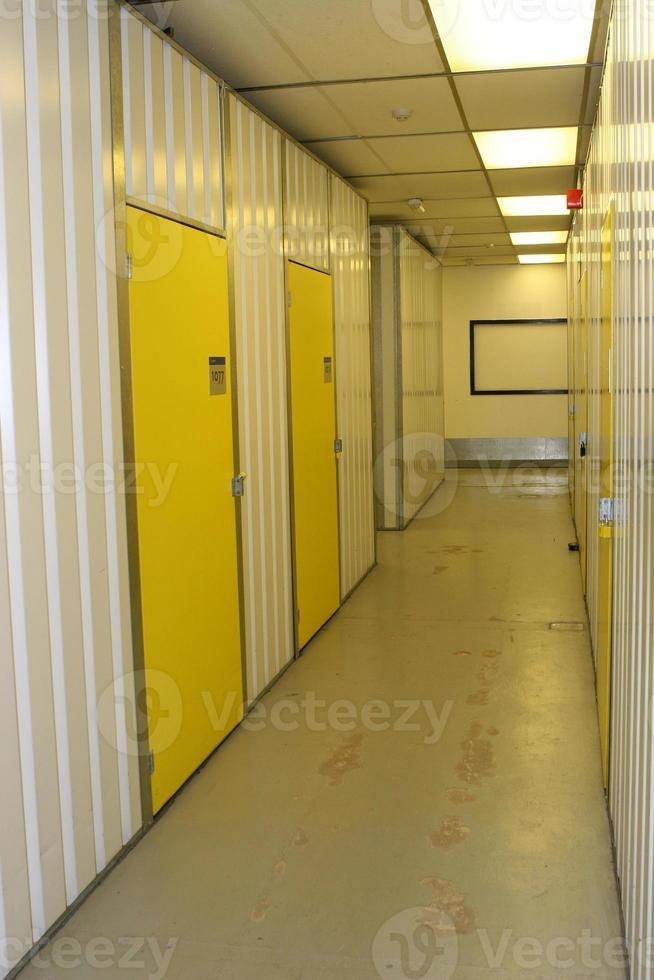 corridoio industriale, con porte numerate foto