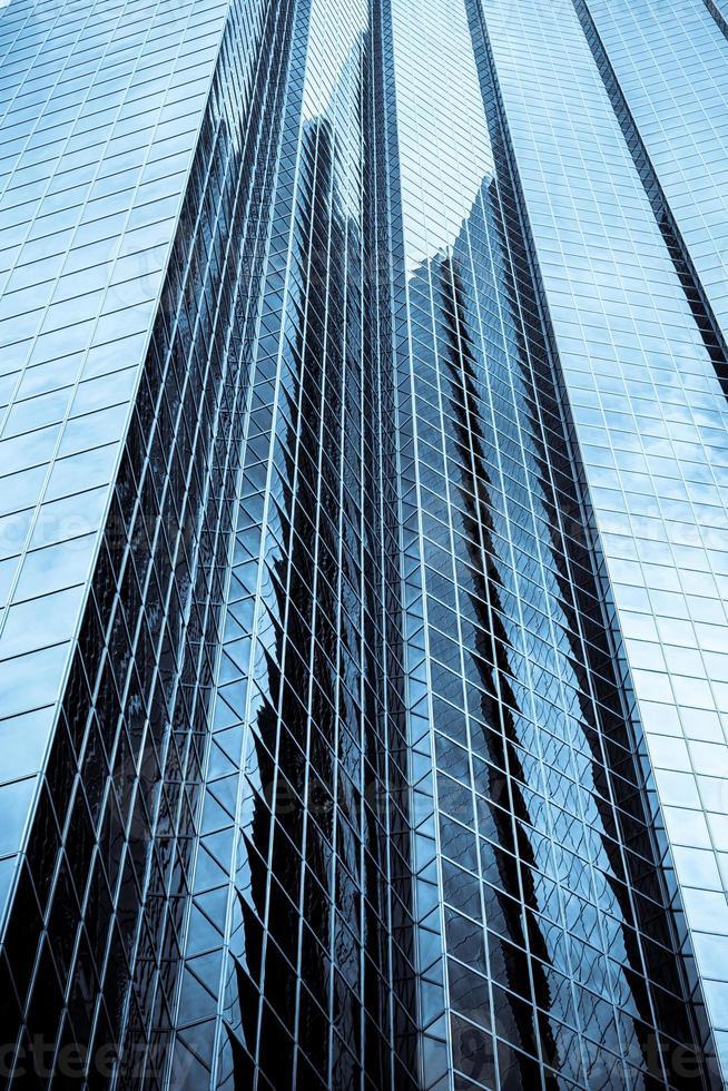 edificio per uffici highrise con tinta blu foto