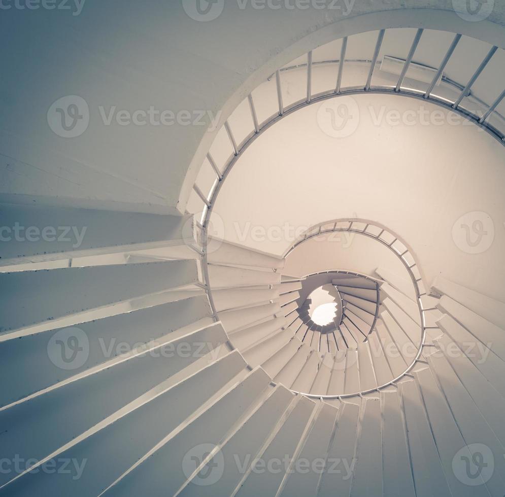 vista dal basso di una scala a chiocciola foto