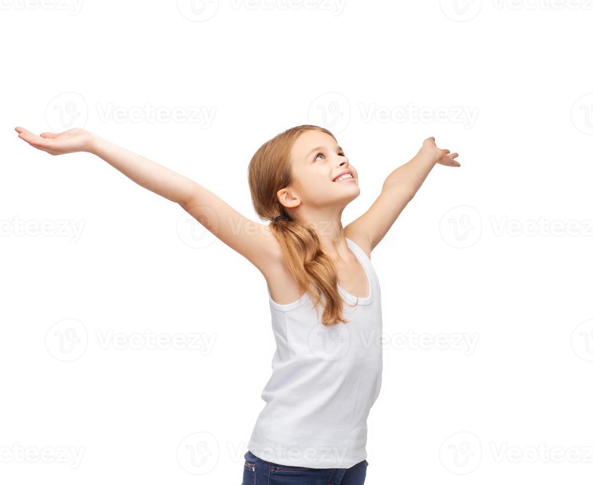 ragazza sorridente con le mani sollevate foto