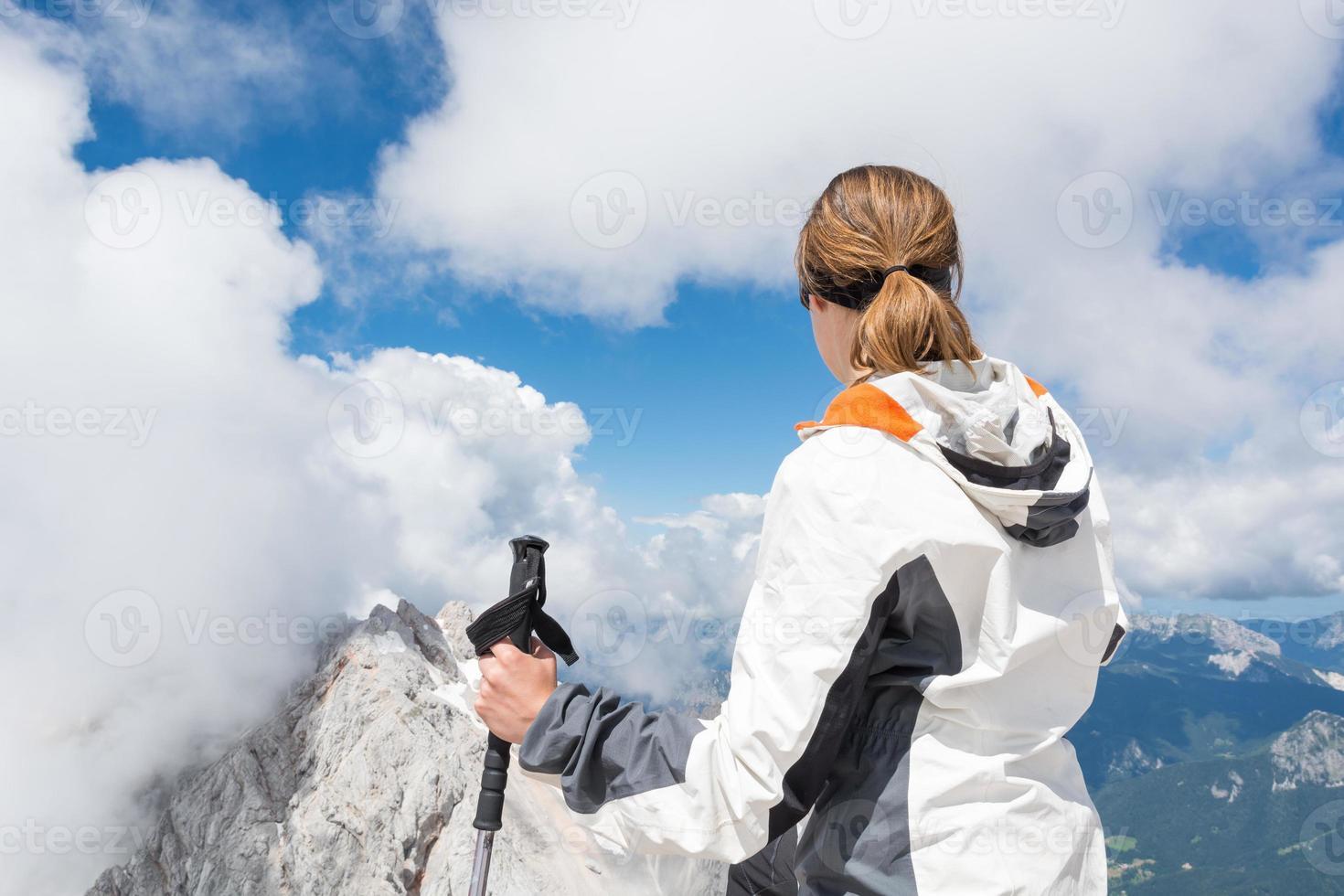 giovane donna che guarda una vista spettacolare foto