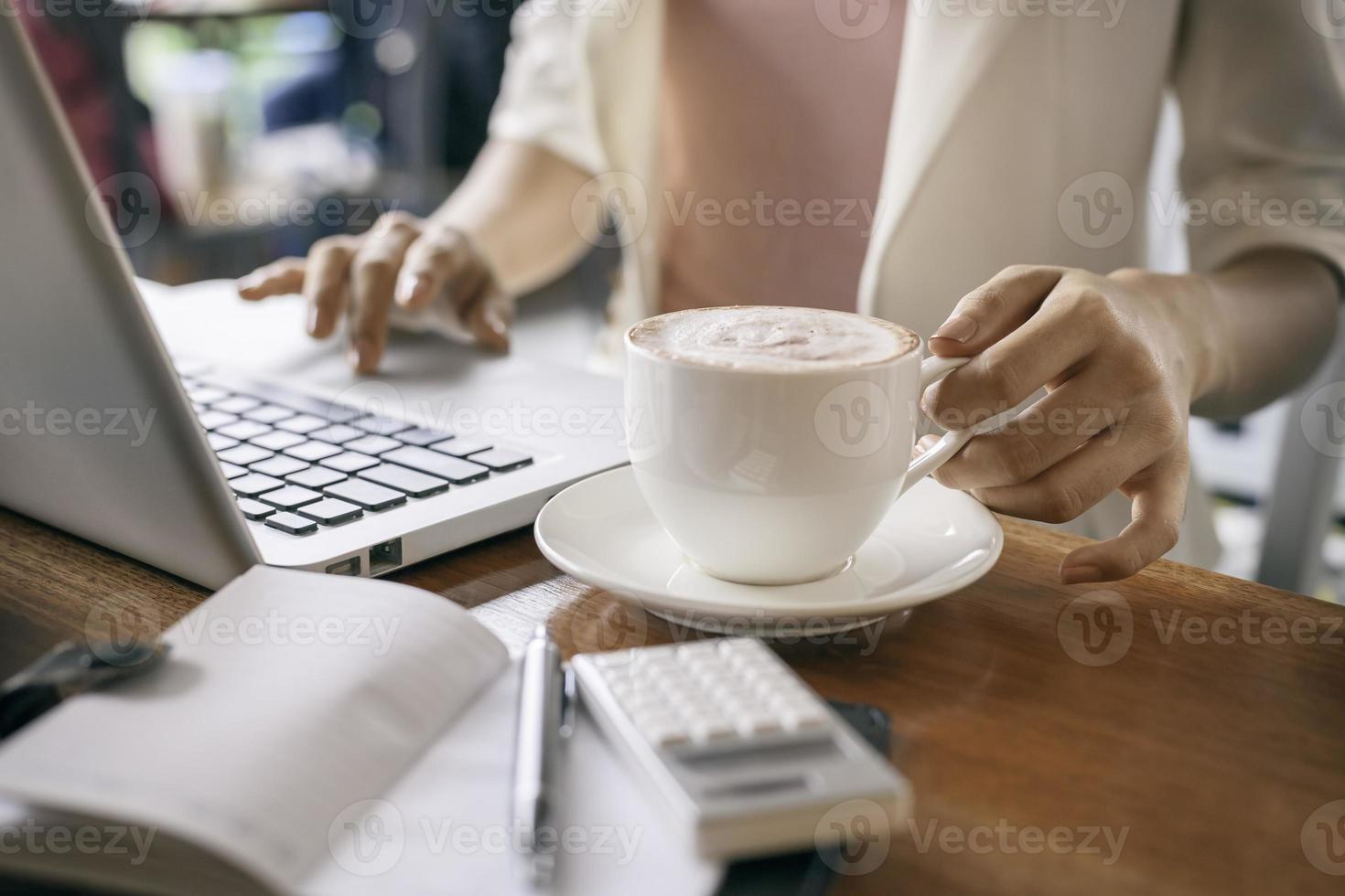 tenendo una tazza di caffè foto
