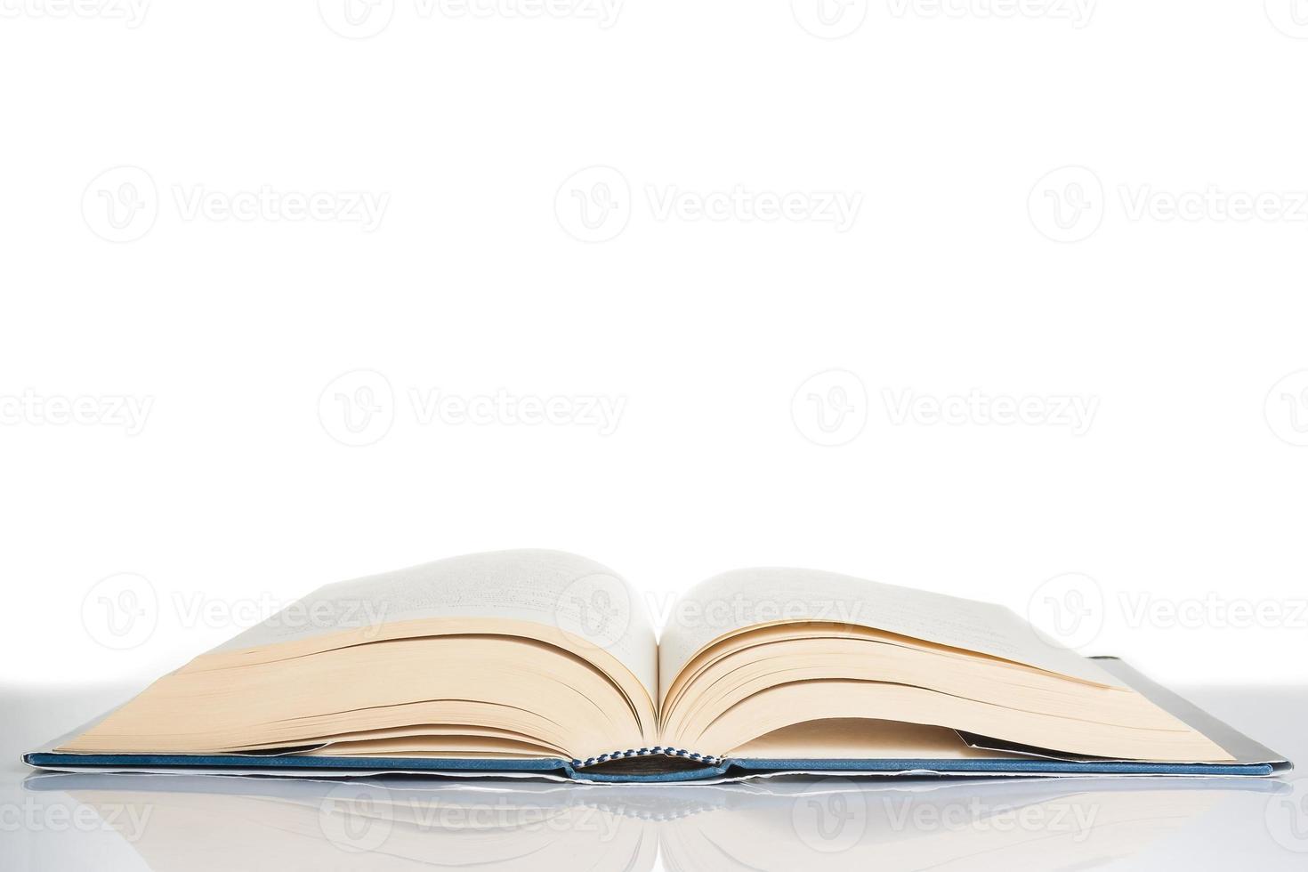 libro isolato sul tavolo, concetto di cultura con spazio per il testo foto