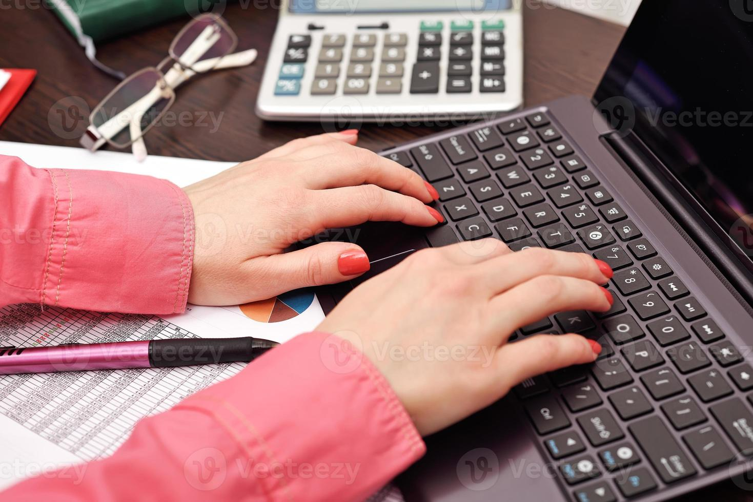 segretaria spingendo i pulsanti del laptop foto