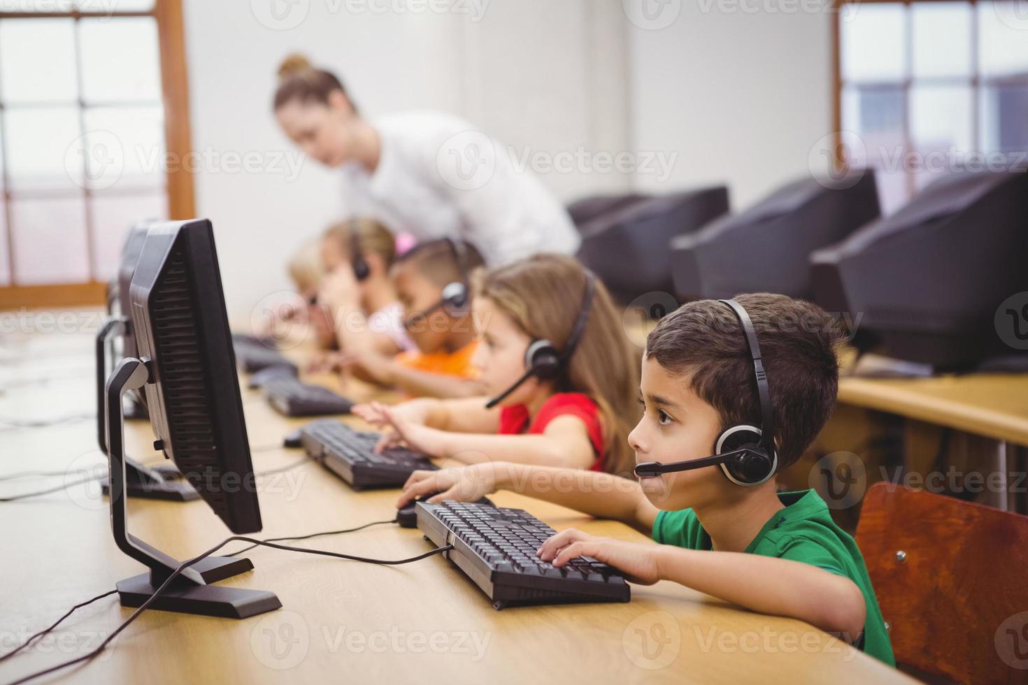 studenti che usano i computer in classe foto