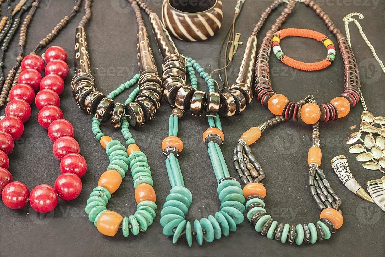 bracciali, collane, pendenti con perle fatte a mano tradizionali africane. foto