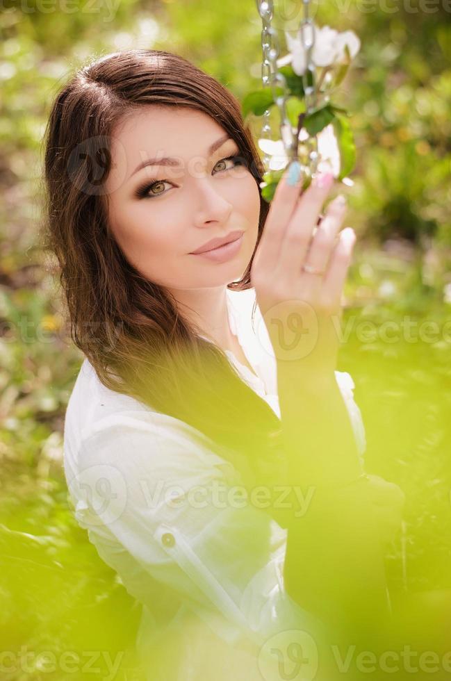 bella ragazza sull'altalena foto