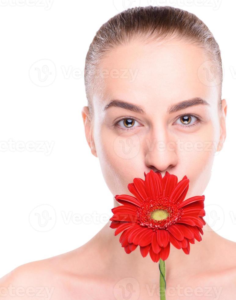 bella donna allegra con gerbera rossa. isolato su sfondo bianco foto