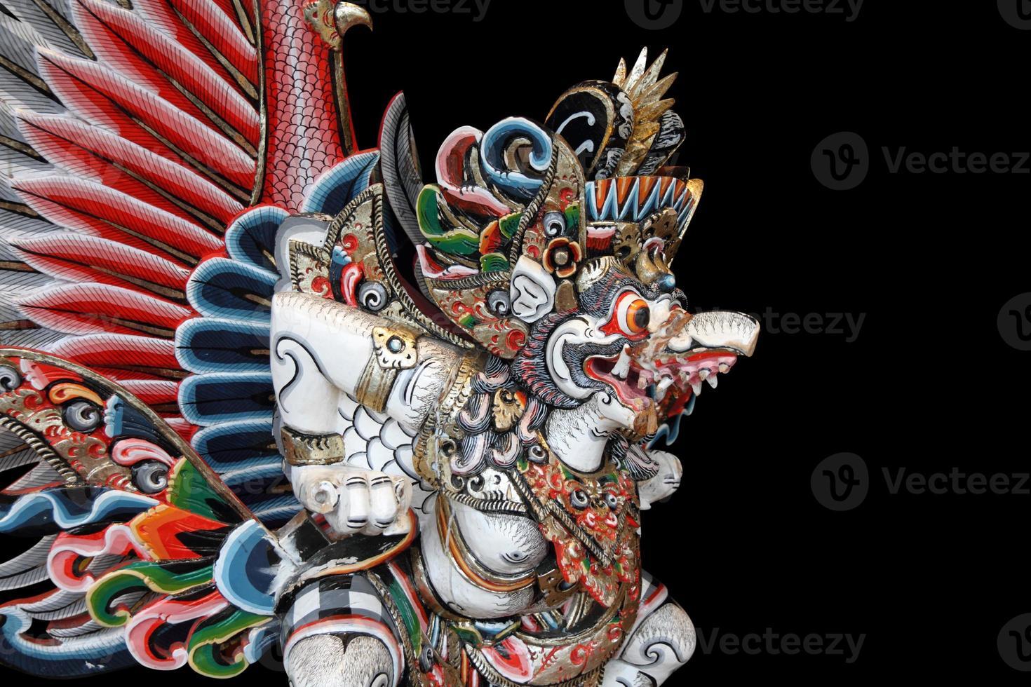 Statua di Garuda su sfondo nero foto