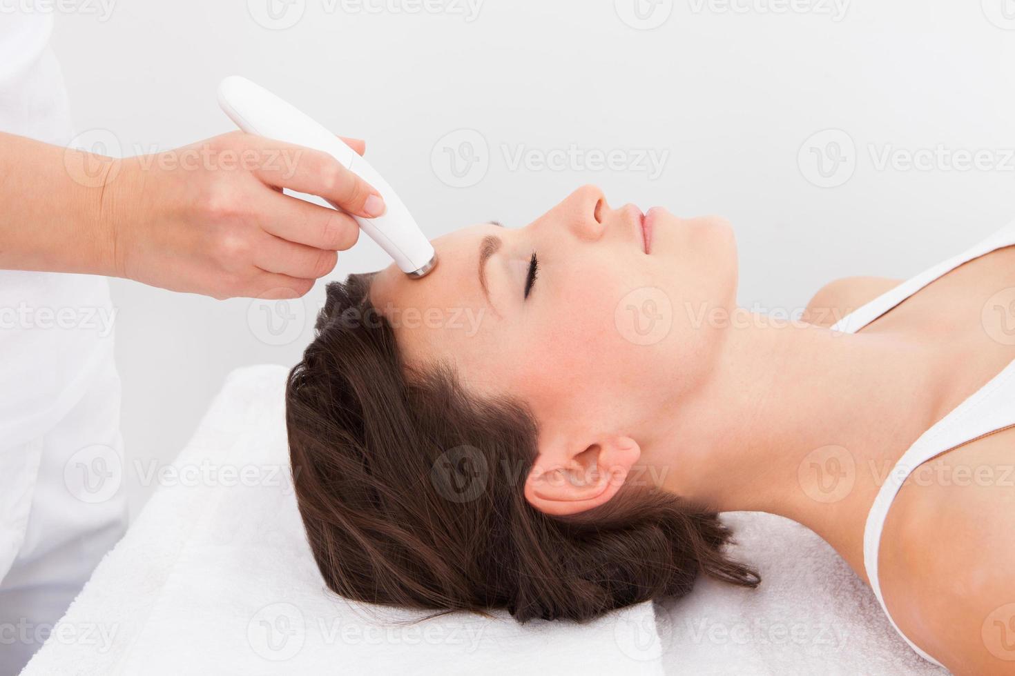 donna sottoposta a trattamento di microdermoabrasione foto